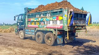 Video Idiot drive Fully overload UD Nissan V8 truck with TATA excavator. MP3, 3GP, MP4, WEBM, AVI, FLV Juni 2019