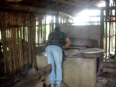 torrando farinha de mandióca  no sitio Bamburral, Registro SP