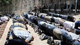 İsrail polisi, silahlı saldırı iddiasıyla kapattığı Mescid-i Aksa'yı tekrar ibadete açtı. Müslümanlar, sabah saatlerinde kademeli olarak Aslanlı Kapısı'ya (El-Esbat) kurulan metal dedektörlerinden geçirilerek içeriye alındı. Birçok kişi ise İsrail'in bu uygulamasını protesto ederek, üç gündür kapalı olan Aksa'ya girmeyi reddetti.  İsrail polisi, 14 Temmuz Cuma günü sabah saatlerinde Mescid-i Aksa'da silahlı saldırıda bulunduğunu belirttiği 3 Filistinliyi öldürmüş, olayda yaralanan 2 İsrail p…İLGILI HABERLER: http://tr.euronews.com/2017/07/16/mescid-i-aksa-tekrar-ibadete-acildieuronews: Avrupa'nın en çok izlenen haber kanalı.Üye ol! http://www.youtube.com/subscription_center?add_user=euronewstreuronews şimdi 13 ayrı dilde: https://www.youtube.com/user/euronewsnetwork/channelsTürkçe: Web sayfası: http://tr.euronews.com/Facebook: https://www.facebook.com/euronews.trTwitter: http://twitter.com/euronews_tr
