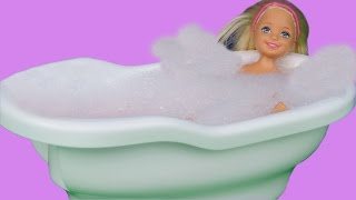 In this parody dolls video, you can see Chelsea who wants to take a bath in a ... kitchen sink! Can Skipper stop Chelsea?