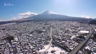 雪の富士吉田市街と富士山 新倉山浅間公園