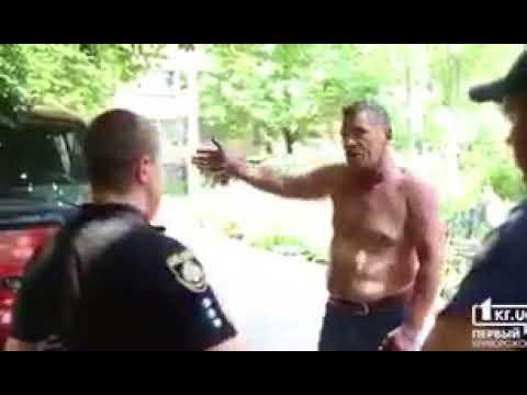 Кривой Рог, Украина. Мужчина объясняет полиции, почему повесил георгиевскую ленту на зеркало