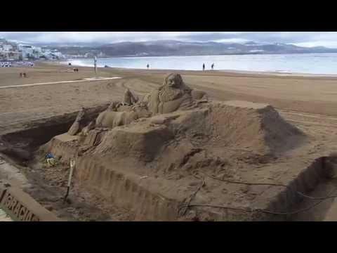 Santa Claus en arena de la playa las Canteras en Las Palmas de Gran Canaria