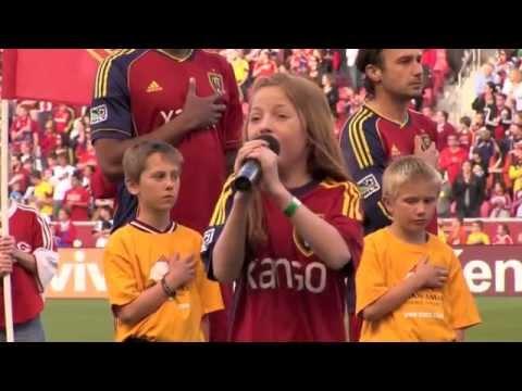 11-vuotias tyttö sai jalkapalloyleisön haltuunsa!