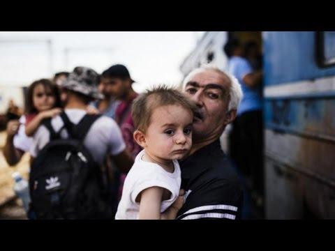 migliaia di migranti a piedi da budapest a vienna.