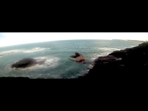 Orädda grabbar hoppar ifrån klippor