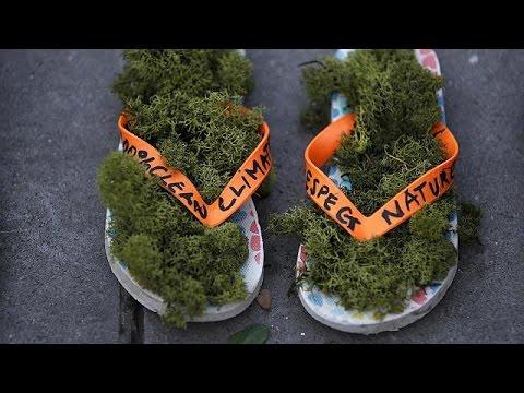 Παρίσι: Διαμαρτυρία με… παπούτσια για το κλίμα