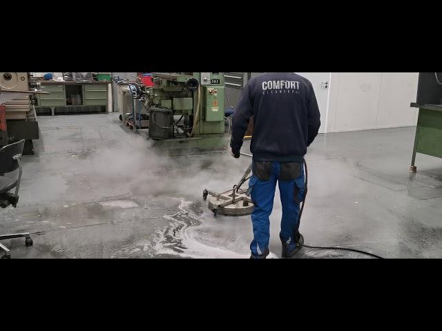 Machinaal stoom reinigen van zwaar vervuilde vloerdelen in metaalindustrie: Gepolierde betondelen in de werkplaats van de metaal industrie, vertonen steeds een hardnekkige, vette vervuilingsgraad.    Is dit ook zo bij uw gepolierde betondelen?  Het klassiek reinigen met schrobzuigmachines zorgt vaak voor een onvoldoende resultaat .  - Daarom combineren wij onder heet water en lage druk met een ontvettend product om deze vloer terug te brengen naar een betere uitstraling.   #metaalindustrie #dieptereiniging  #gepolierdebeton  #facilitymanagement  #stoomreiniging   Had u graag een vrijblijvende offerte opgevraagd? Had u graag wat meer informatie gewenst?  056 70 70 80  info<strong>@comfortcleaning</strong>.be www.comfortcleaning.be