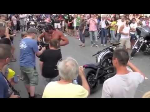 Como não chegar em um desfile de motos