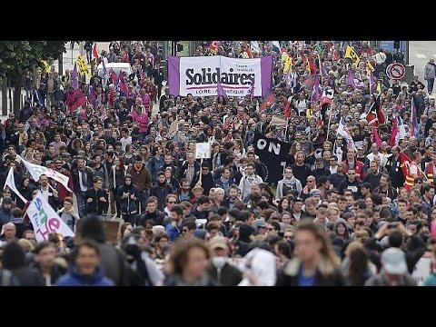 Γαλλία: Οδηγοί φορτηγών «έκοψαν στα δυο» τη χώρα για τον εργασιακό νόμο