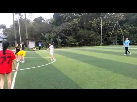 Siêu phẩm bóng đá của các chị em - hài hước