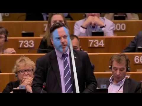 نائب اسكتلندي يشهر سيفه تحت قبة برلمان أوروبا