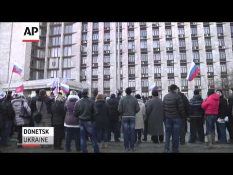 highlight - Hundreds of pro-Ukrainian demonstrators gathered in Crimea to protest against a referendum planned by the regional parliament on leaving Ukraine to join Russ...