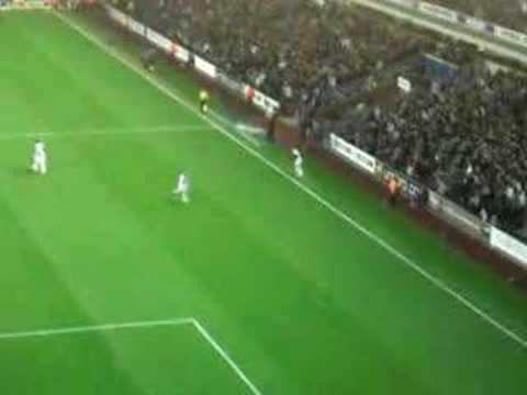 Gol de tiro libre de Bentley al Newcastle