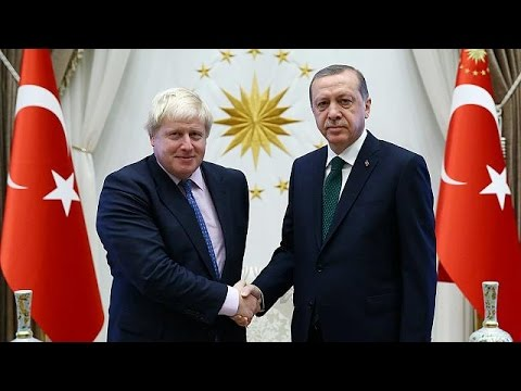 Ο Τζόνσον αγνοεί το αντι-τουρκικό παρελθόν του και κάνει επιθέσεις φιλίας στην Άγκυρα