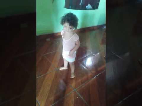 Minha sobrinha Ana Isadora de Rafael godeiro dançando Deu onda.