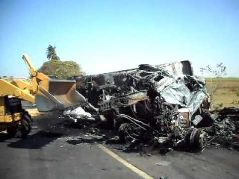 Motoristas morrem carbonizados em acidente - Parte 1