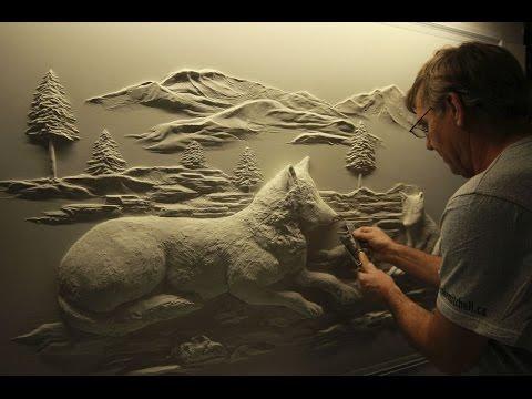 Taiteilija tekee upean teoksen seinään