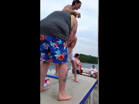 這個女子在遊艇上讓朋友把她捧起來,嘗試飛越欄杆跳水…這是她第一次也是最後一次的玩命演出!