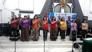 Saat penyanyi Gereja melantunkan lagu Syubbanul Wathon