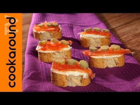 Crostini di pane con salmone marinato