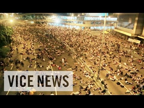 the pro - Subscribe to VICE News here: http://bit.ly/Subscribe-to-VICE-News Hong Kong's business district was brought to a standstill by tens of thousand of pro-democracy protesters who defied police...