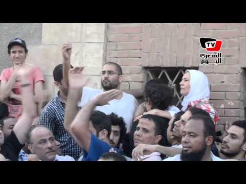 علاء عبد الفتاح في جنازة والده : أبويا مات شهيد .. وانتو عارفين مين اللي قتله