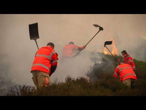 Feuer bei Manchester hält Behörden und Anwohner in Atem