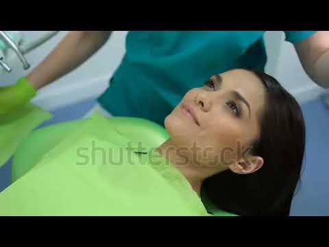Dentist examines the teeth of a lady patient_Ön is fél a fogorvosnál? De mit csinálnak mások?
