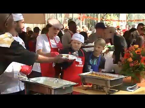 Λος Άντζελες: Διάσημοι προσφέρουν το Δείπνο των Ευχαριστιών σε άστεγους…