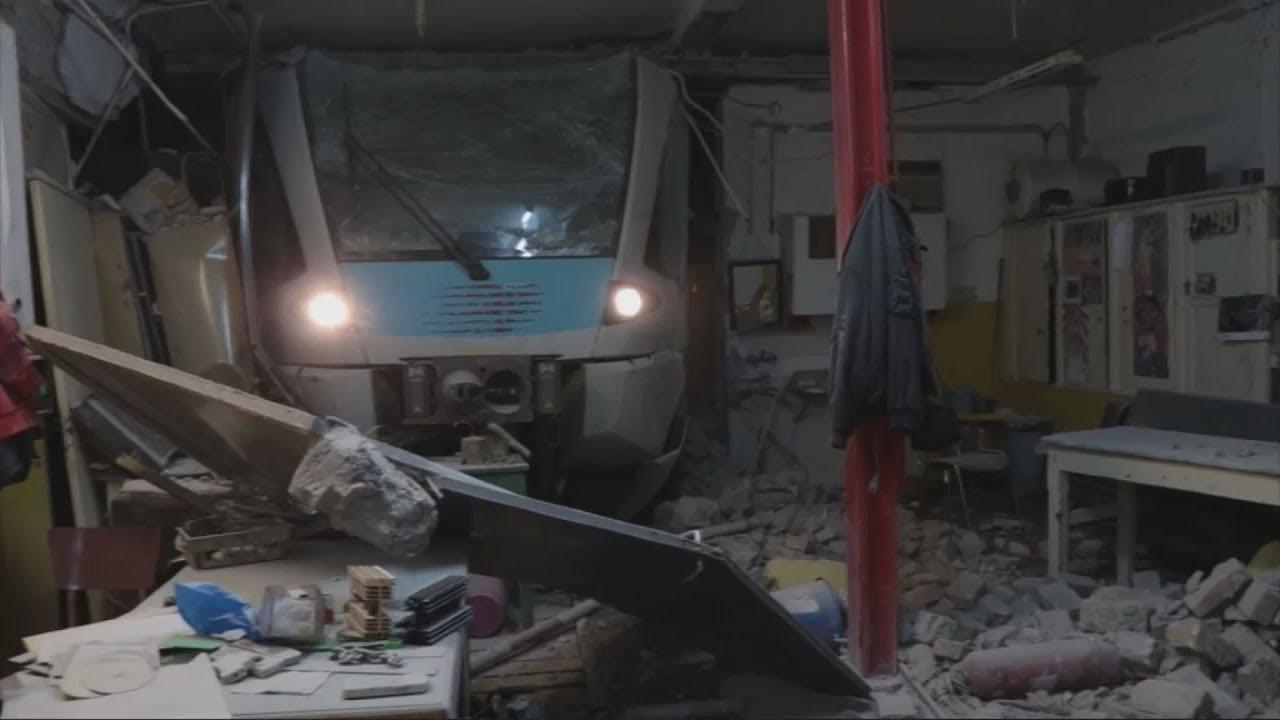 """Εκτροχιάστηκε τρένο και """"παρκάρισε"""" σε παλιά αποθήκη τoυ ΟΣΕ"""