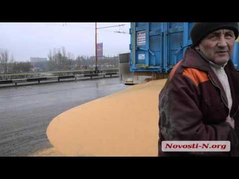 В Николаеве на Ингульском мосту седельный тягач рассыпал просо.