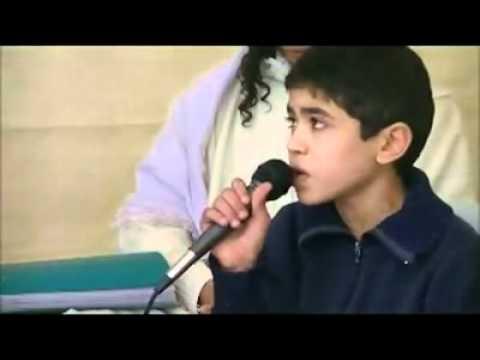 طفل تونسي يقرأ بصوت عذب رائع .
