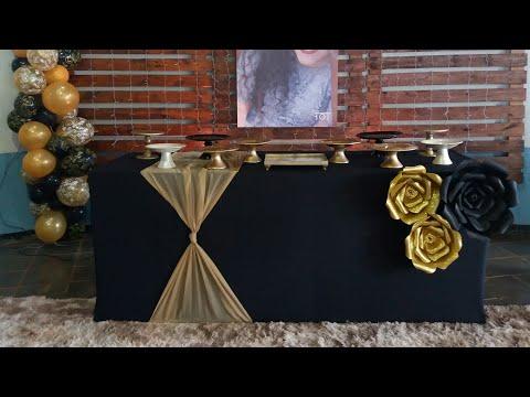 Mesa envelopada com tecido e decoração 15 anos