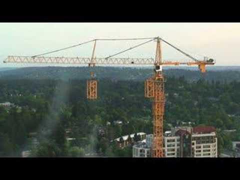 以前不懂塔式起重機是怎麼越升越高的,但這個影片真的讓我看到眼睛發直了。