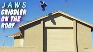 Il skate sur les toits