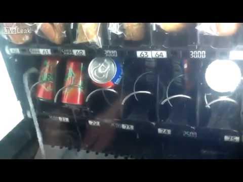 Ingenioso truco para robar latas de las maquinas de