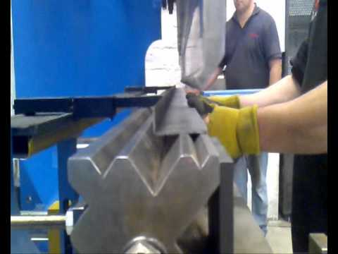 roladoras.plegadoras - PLEGADORA HIDRAULICA 200 ton con control NC y con matriz multiboca de 300 TON para plegar 10 mm en acero carbono.