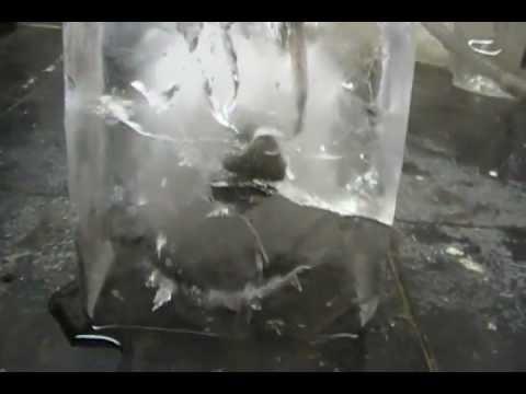 這個網友把火紅的鎳球放在超大的冰塊上,之後你的耳朵就會聽到超奇特的聲音!