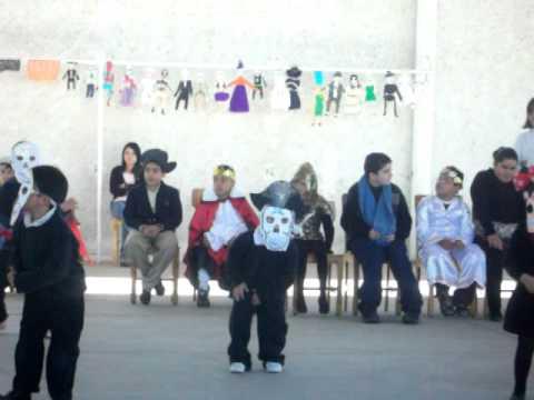 Watch videoSínrome de Down: Isaac bailando el baile de las tumbas
