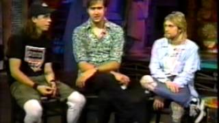 The band watches fan reaction to the then new album In Utero and talk about going to therapy together.