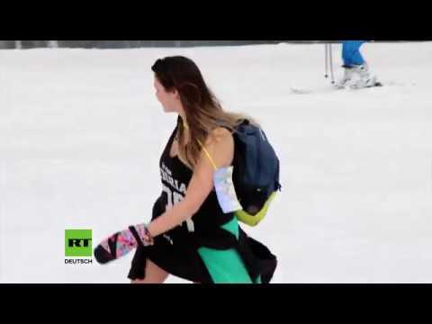 Hunderte von Sibiriern feiern das Ende der Skisaison in Bikinis