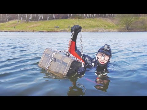 I Went Metal Detecting Underwater and You Won't Believe What I Found… (Scuba Diving Challenge) (видео)