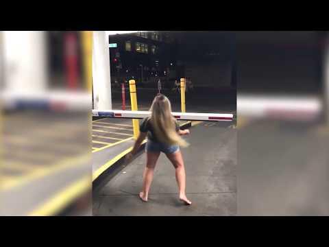 Девушка захотела произвести впечатление, но фокус не удался