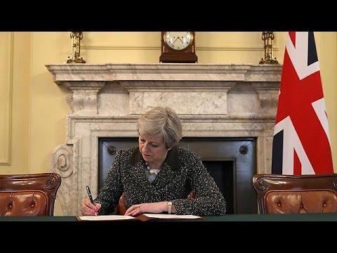 رسميا..بريطانيا توقع رسالة إلانفصال