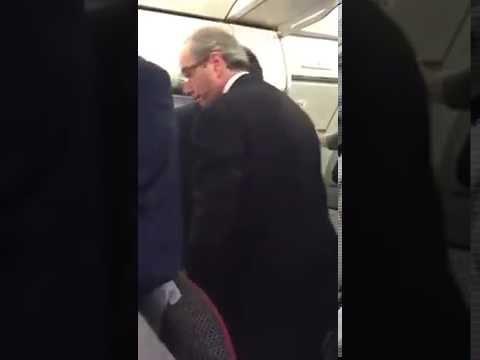 Passageira de vôo doméstico pega Eduardo Cunha Pra louco...