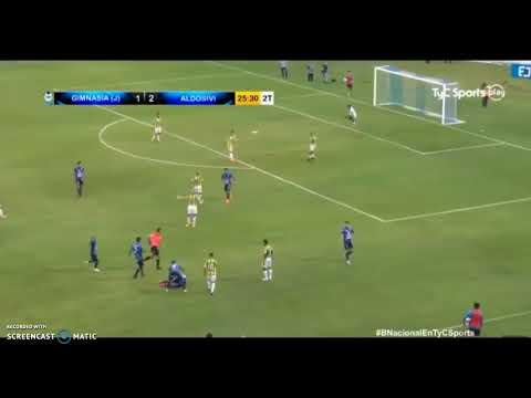 Futbolista argentino sufre fractura de cráneo tras un codazo (VÍDEO)
