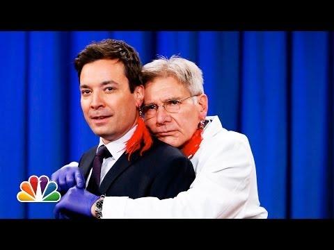 هاريسون فورد يثقب أذن جيمي فالون ليصبح لديهما نفس القرط