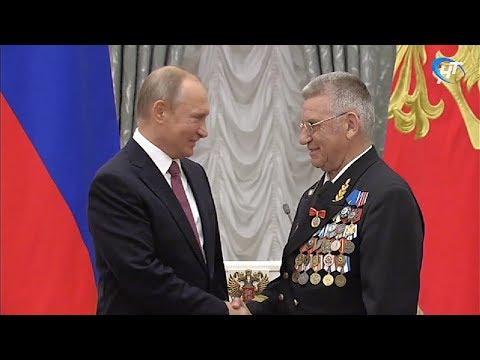 Владимир Путин вручил знак отличия «За наставничество» директору новгородского КЮМа Николаю Варухину
