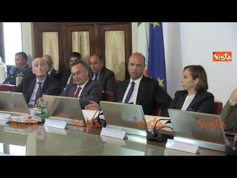 L'abbronzatissimo Ministro Alfano e la Calabria Libia d'Italia in un'estate di morti, pistole e coltelli